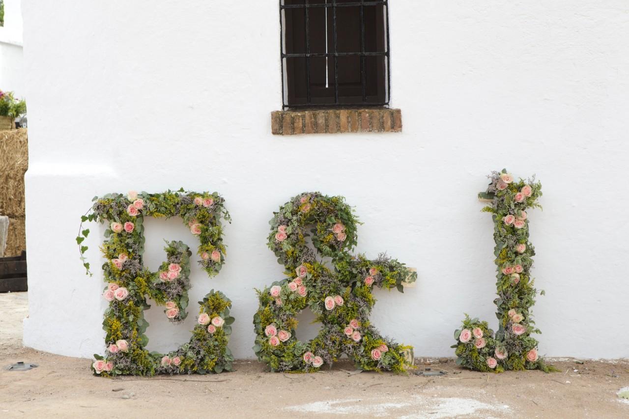 Iniciales florales para bodas -