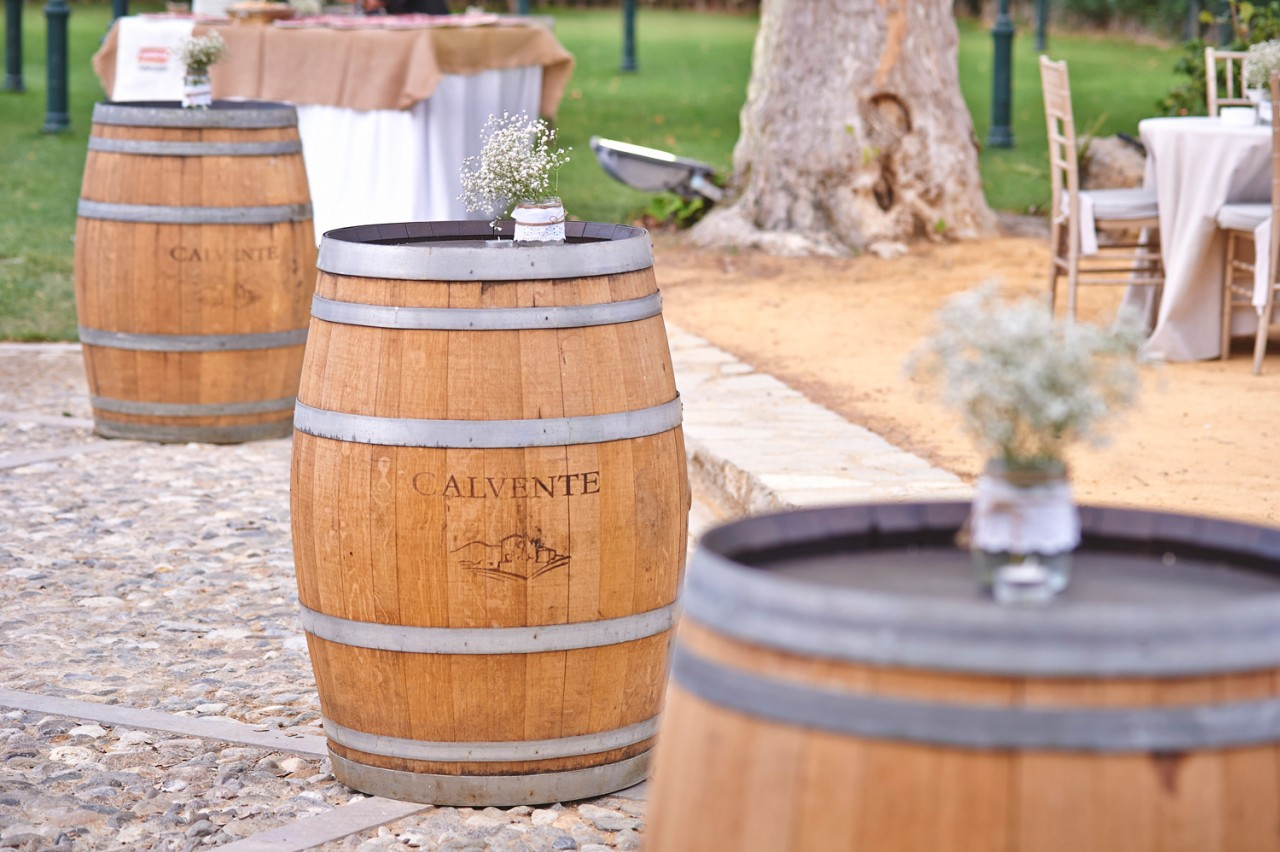 barriles de vino como mesas -