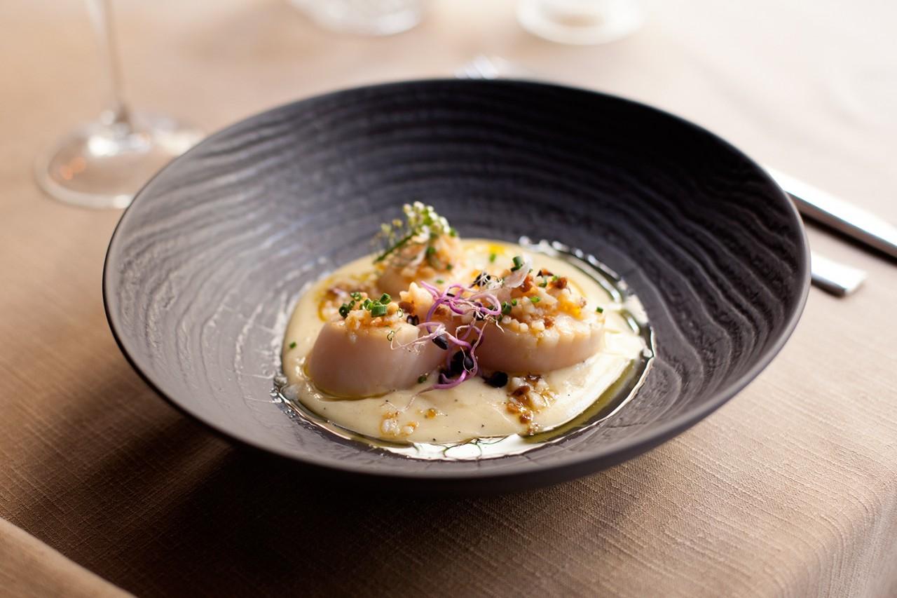 Catering Alameda_Celebraciones y bodas con encanto_04 - Fotografía del plato de Vieiras a la parrilla del Restaurante Alameda de Granada